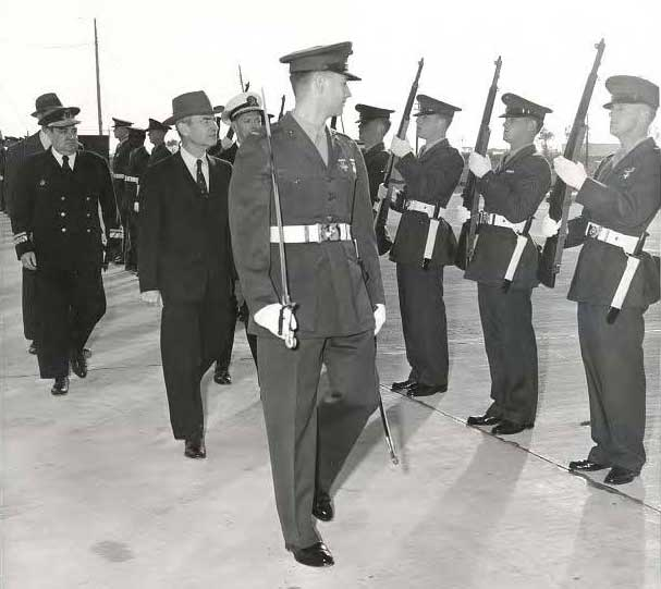 El Secretario de Defensa Donald A. Quarles de EE.UU. visita la Base Naval el 27 de Enero de 1959 (c) [9] Official U.S. Navy photograph, P/4/1-59